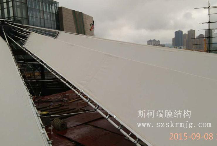 设计方案:同德广场膜结构是国内第一个悬索飞碟膜结构造型,中间无梁